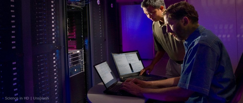 Dos personas trabajando en un ordenador