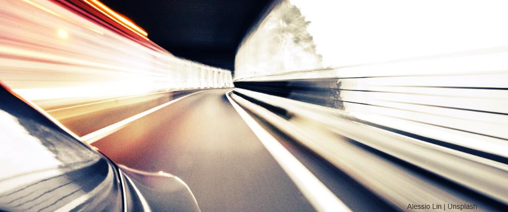 Coche se desplaza por un túnel