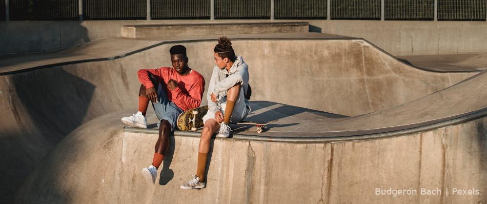Dos personas en pista de skateboard