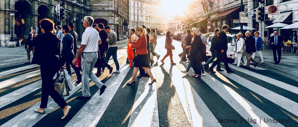 Personas atravesando un paso de cebra